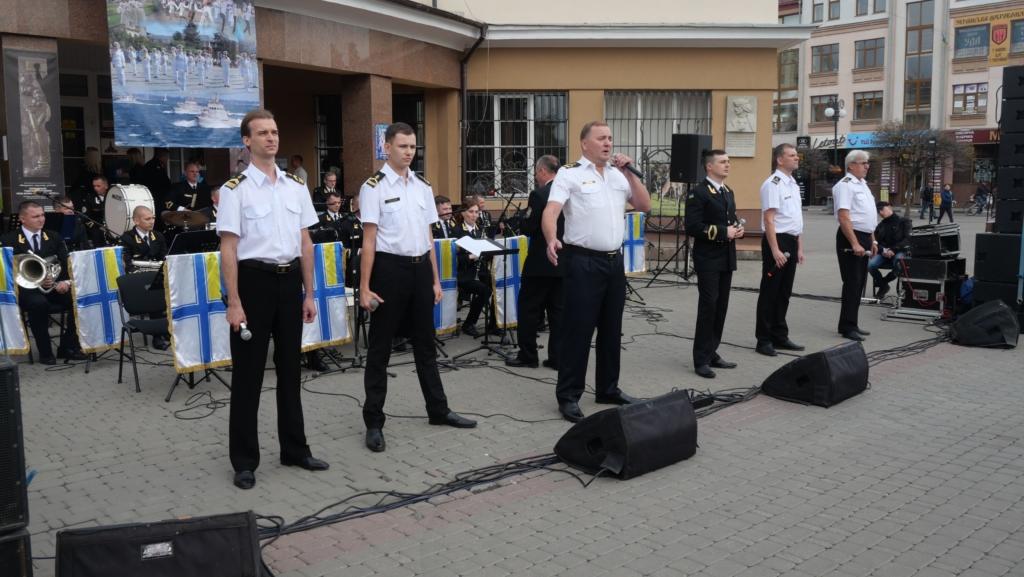 Військовий оркестр з Одеси подарував франківцям неймовірний концерт біля ратуші 2