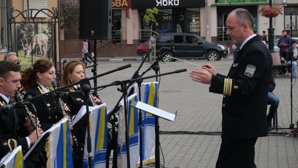Військовий оркестр з Одеси подарував франківцям неймовірний концерт біля ратуші 3