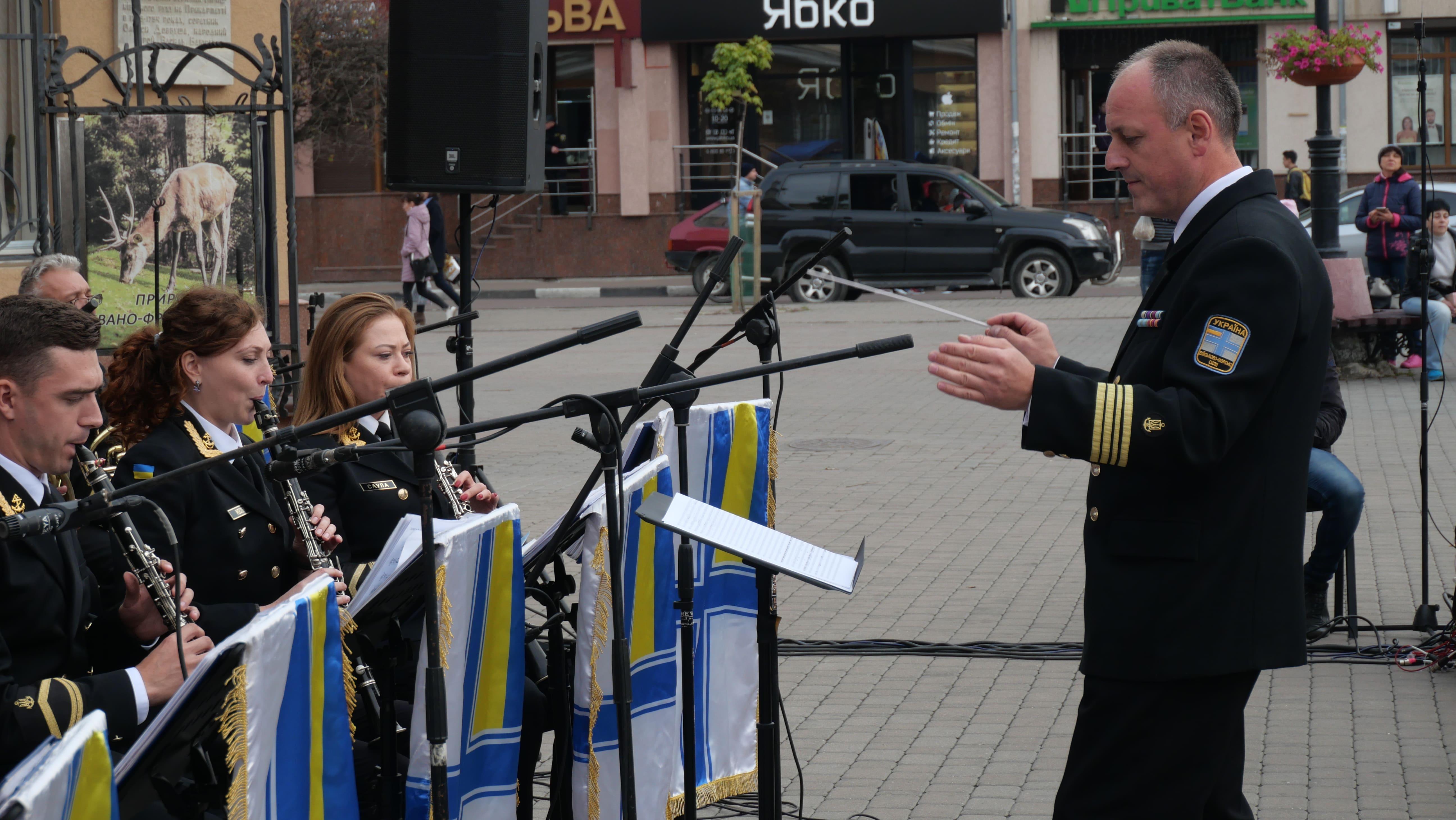 Військовий оркестр з Одеси подарував франківцям неймовірний концерт біля ратуші 4