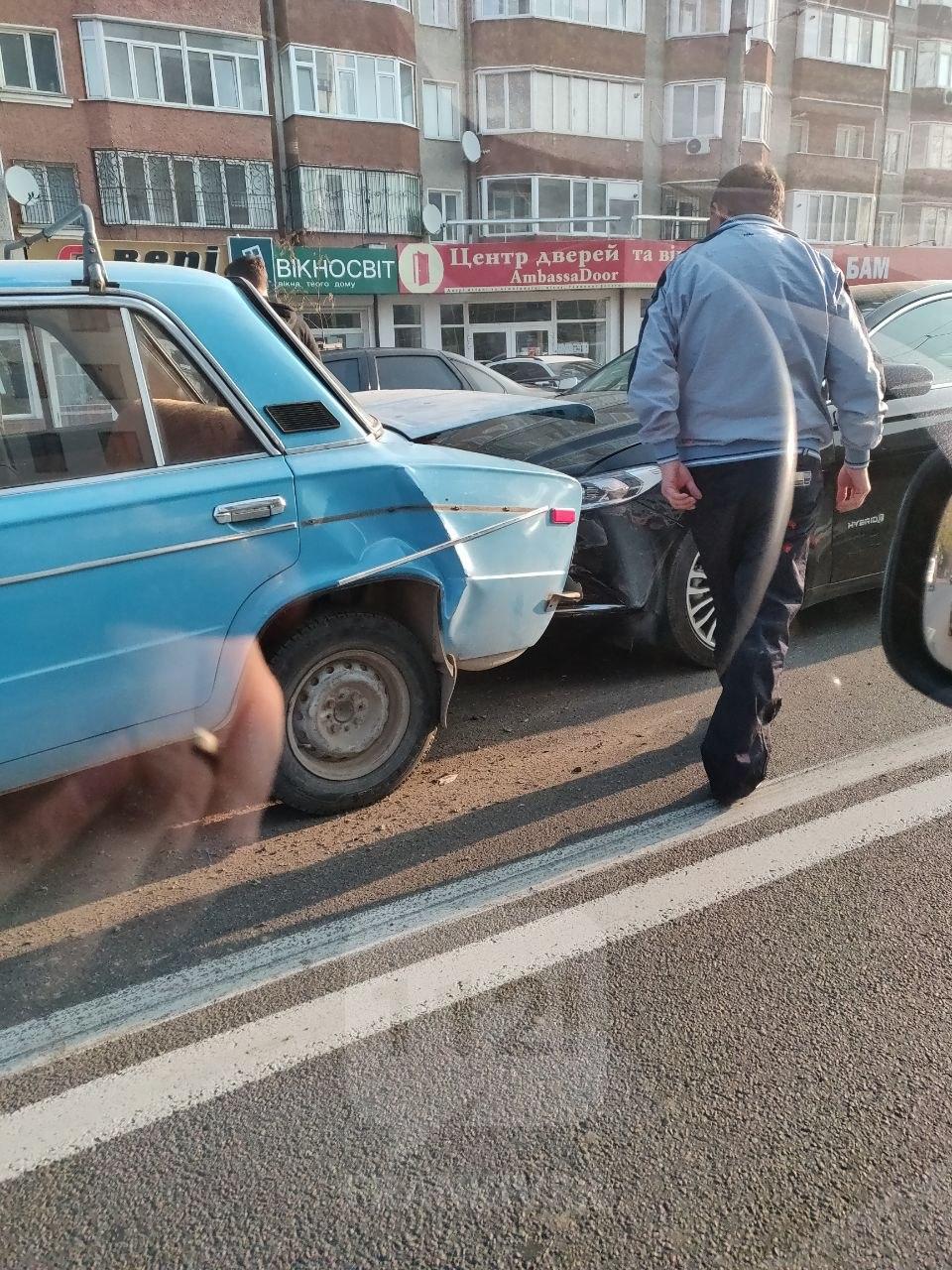 У Франківську в Пасічній – потрійна ДТП, рух ускладнений 4
