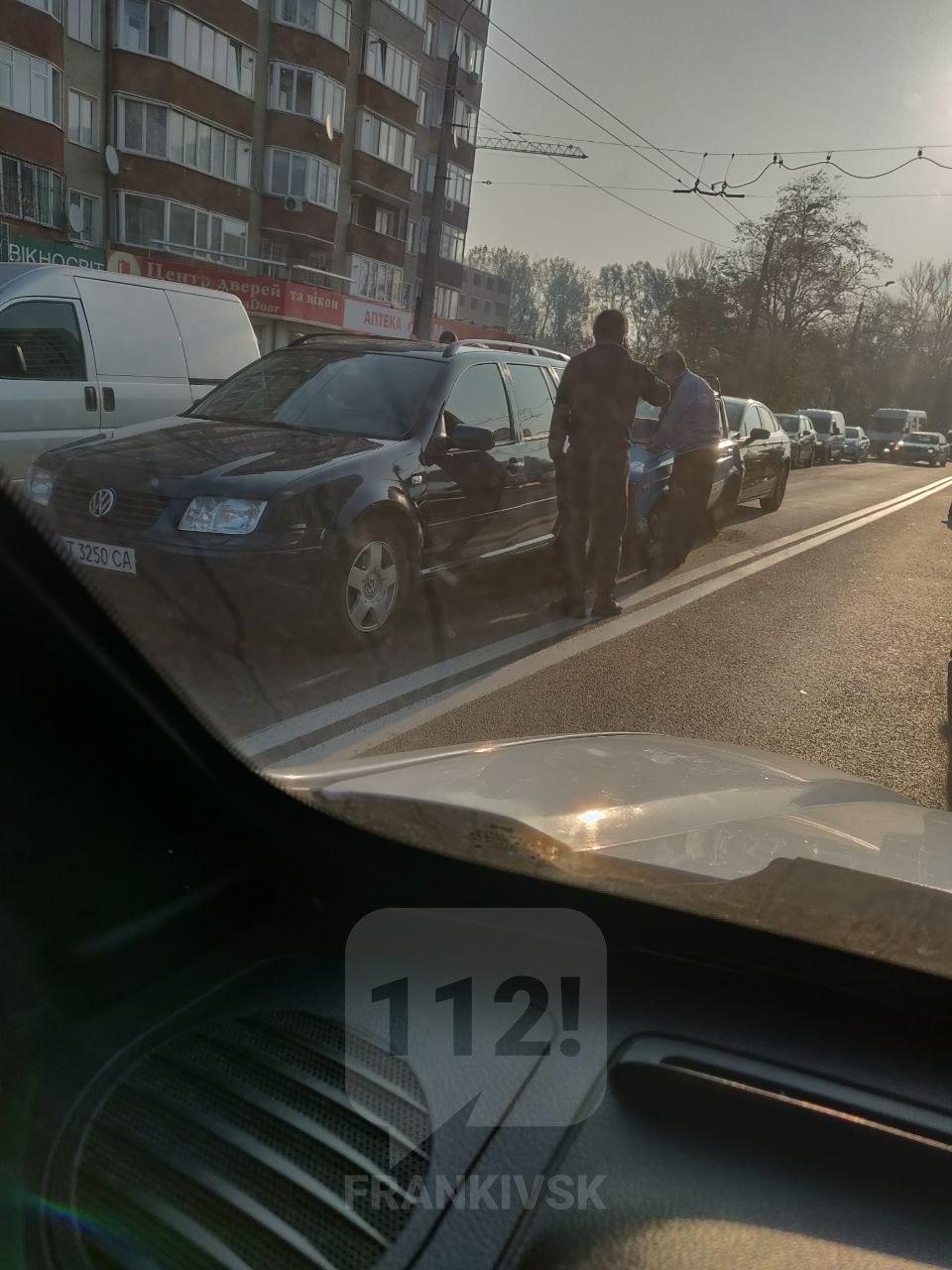 У Франківську в Пасічній – потрійна ДТП, рух ускладнений 2