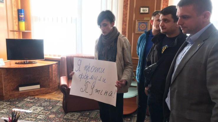 У Франківську два десятки активістів вийшли на пікет проти капітуляції 2