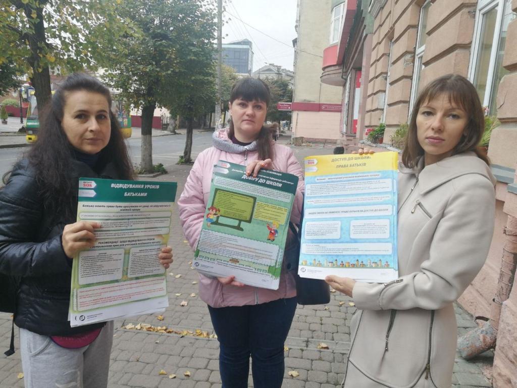 """""""Мами Прикарпаття"""" передали для франківських шкіл інформативні плакати про права батьків 1"""