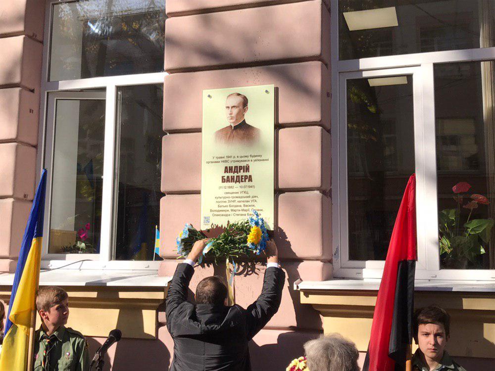 У франківській школі №5 відкрили пам'ятну дошку отцю Андрію Бандері 2