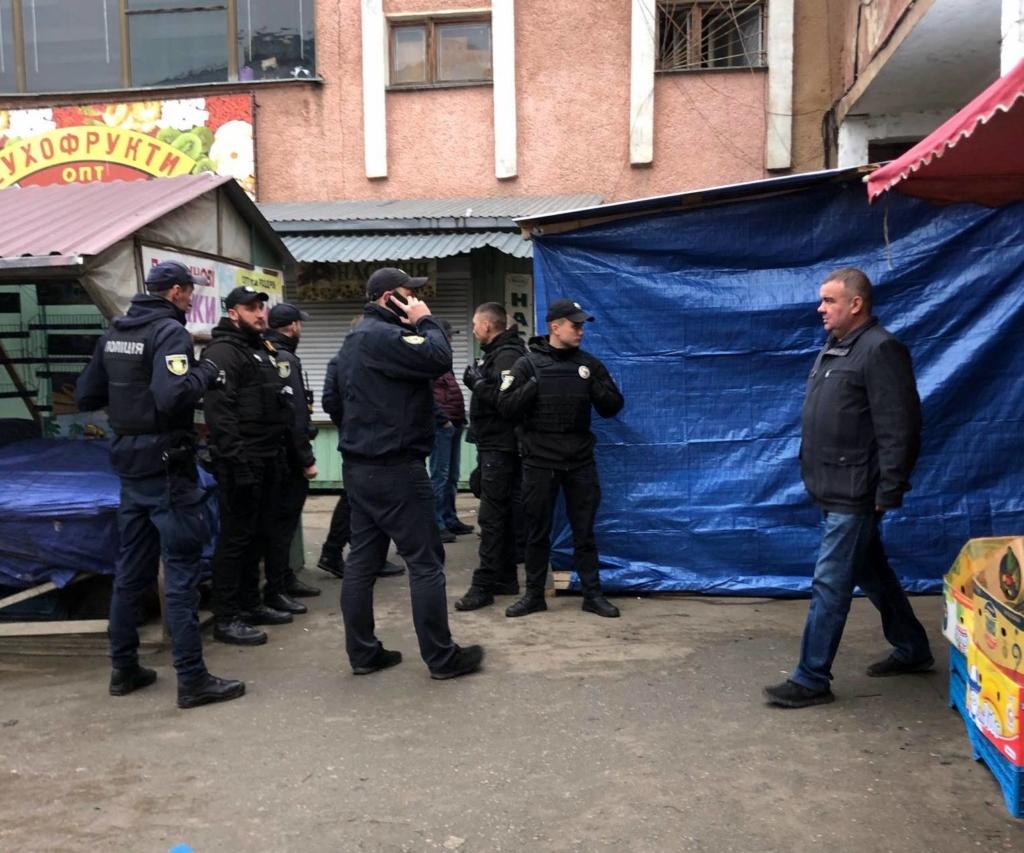 """У Франківську на ринку """"тітушки"""" і поліція: приїхав Бура, але в офіс не увійшов 4"""