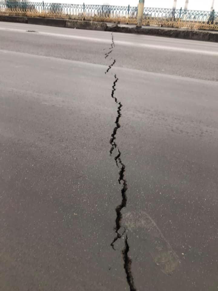 Тріщини на мості по вулиці Незалежності залили відром бітуму 4