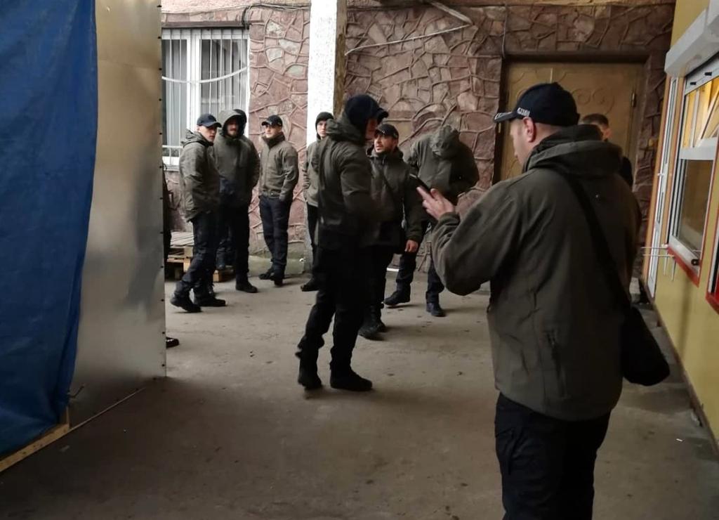 """У Франківську на ринку """"тітушки"""" і поліція: приїхав Бура, але в офіс не увійшов 2"""