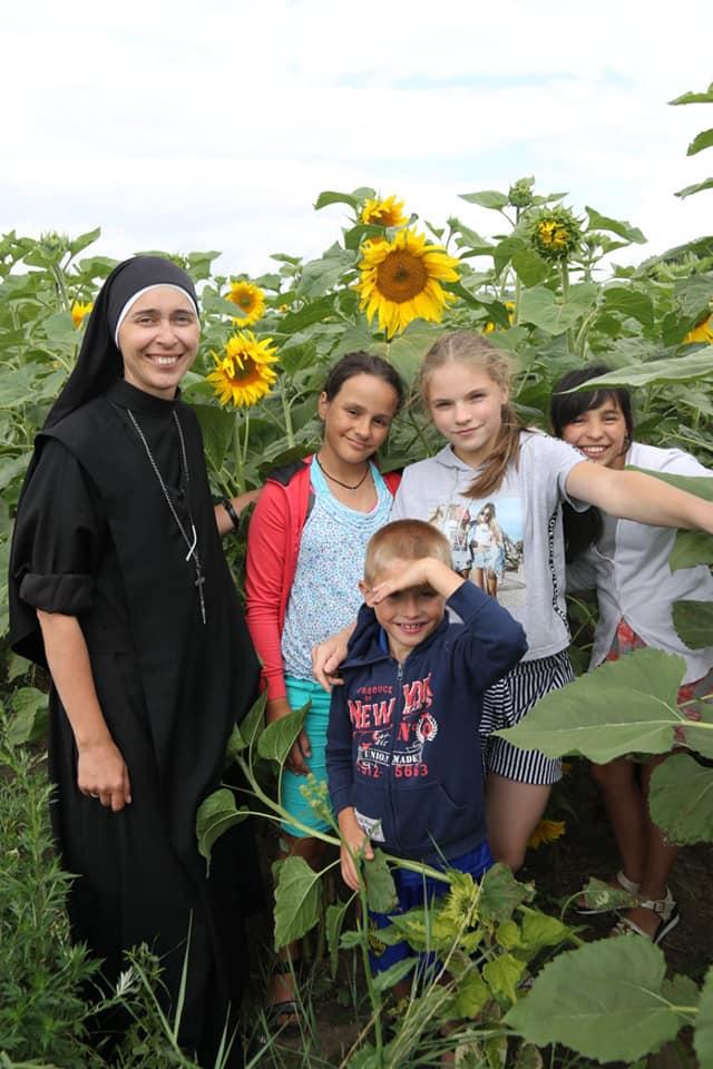 Заплести косички, навчити читати, погратися: Містечко милосердя св. Миколая потребує волонтерів 8