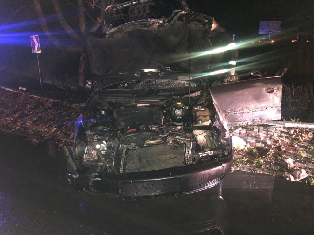 """На кільці в Коломиї """"Ауді"""" влетів під фуру - водій загинув, пасажир у лікарні 2"""