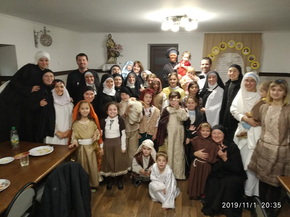 Заплести косички, навчити читати, погратися: Містечко милосердя св. Миколая потребує волонтерів 2