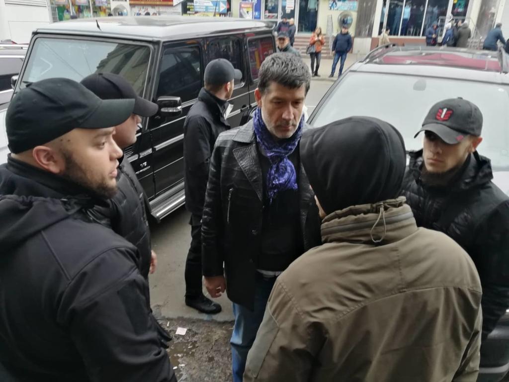 """У Франківську на ринку """"тітушки"""" і поліція: приїхав Бура, але в офіс не увійшов 12"""