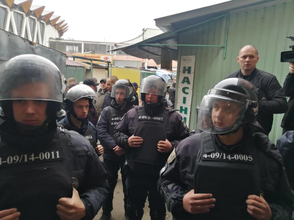 """У Франківську на ринку """"тітушки"""" і поліція: приїхав Бура, але в офіс не увійшов 38"""