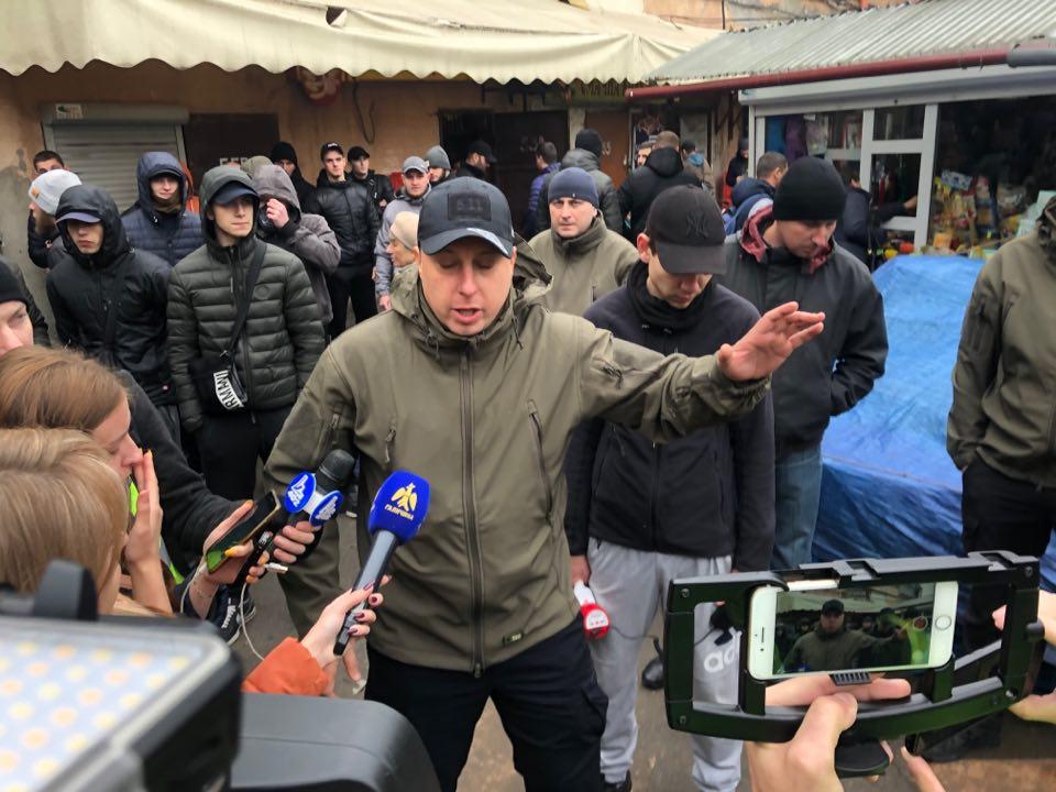 """У Франківську на ринку """"тітушки"""" і поліція: приїхав Бура, але в офіс не увійшов 50"""