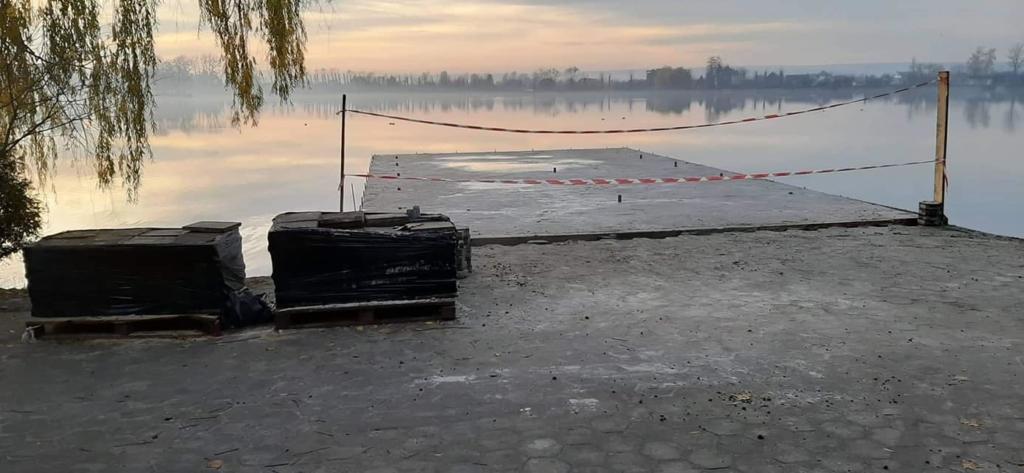 На франківському озері продовжують ремонтувати пірси 2