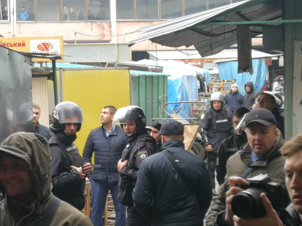 """У Франківську на ринку """"тітушки"""" і поліція: приїхав Бура, але в офіс не увійшов 30"""