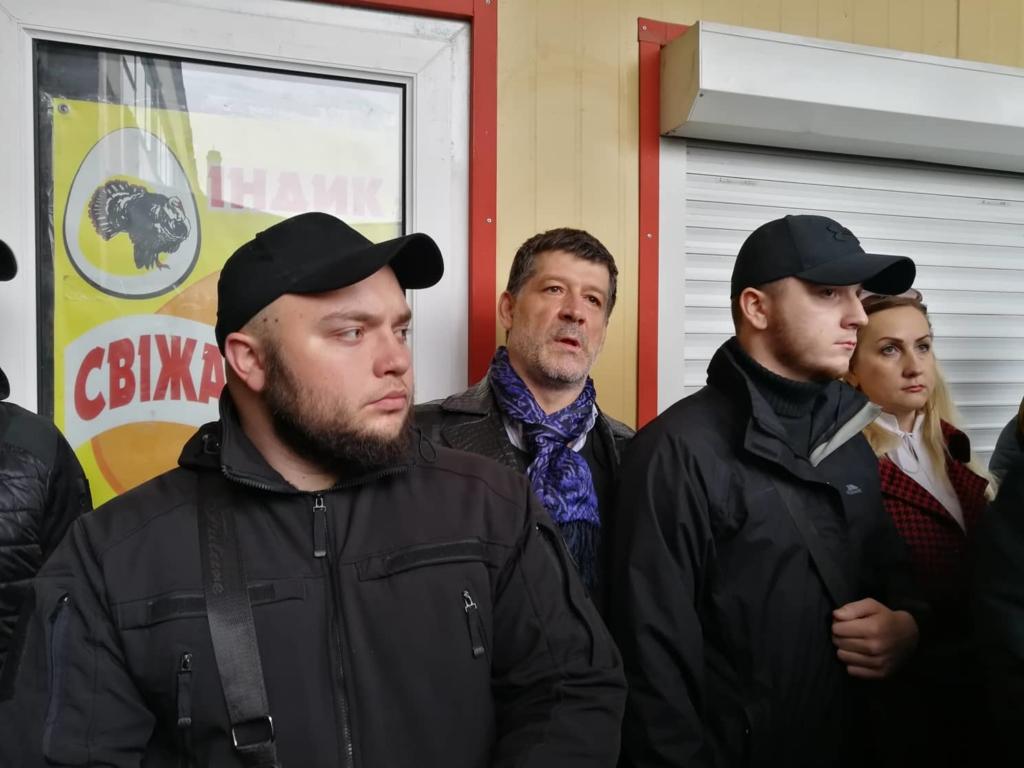 """У Франківську на ринку """"тітушки"""" і поліція: приїхав Бура, але в офіс не увійшов 40"""
