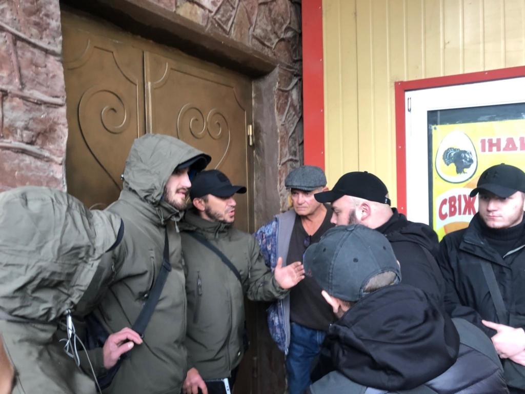 """У Франківську на ринку """"тітушки"""" і поліція: приїхав Бура, але в офіс не увійшов 44"""
