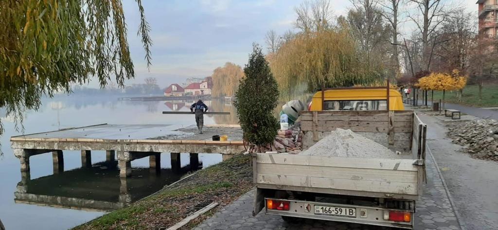 На франківському озері продовжують ремонтувати пірси 3