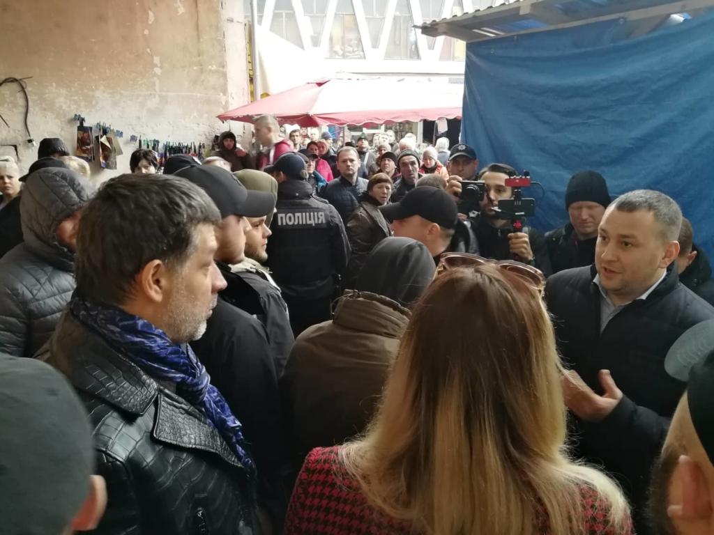 """У Франківську на ринку """"тітушки"""" і поліція: приїхав Бура, але в офіс не увійшов 24"""