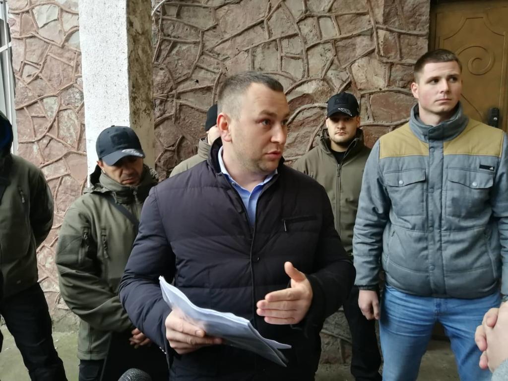 """У Франківську на ринку """"тітушки"""" і поліція: приїхав Бура, але в офіс не увійшов 16"""