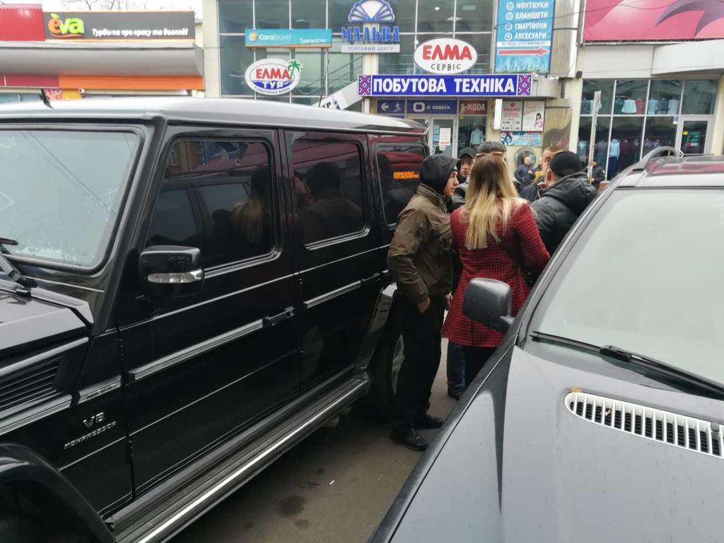 """У Франківську на ринку """"тітушки"""" і поліція: приїхав Бура, але в офіс не увійшов 8"""