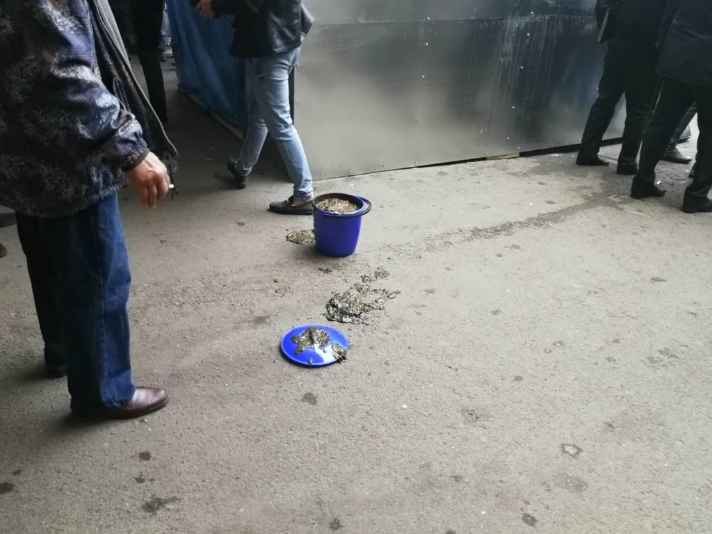 """У Франківську на ринку """"тітушки"""" і поліція: приїхав Бура, але в офіс не увійшов 20"""
