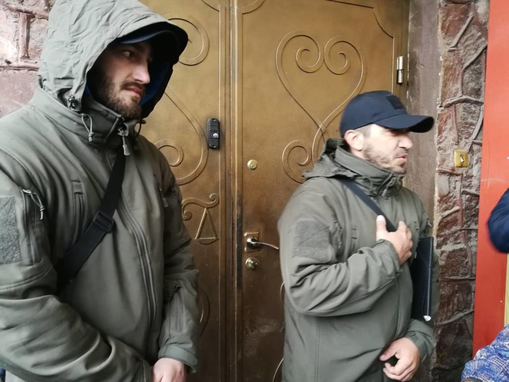 """У Франківську на ринку """"тітушки"""" і поліція: приїхав Бура, але в офіс не увійшов 34"""