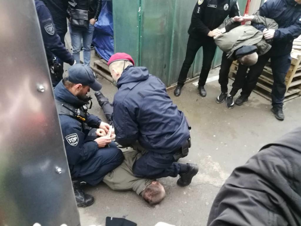 """У Франківську на ринку """"тітушки"""" і поліція: приїхав Бура, але в офіс не увійшов 18"""
