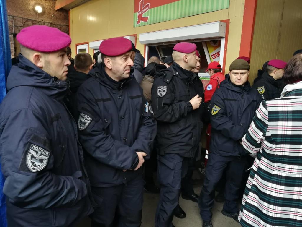 """У Франківську на ринку """"тітушки"""" і поліція: приїхав Бура, але в офіс не увійшов 28"""