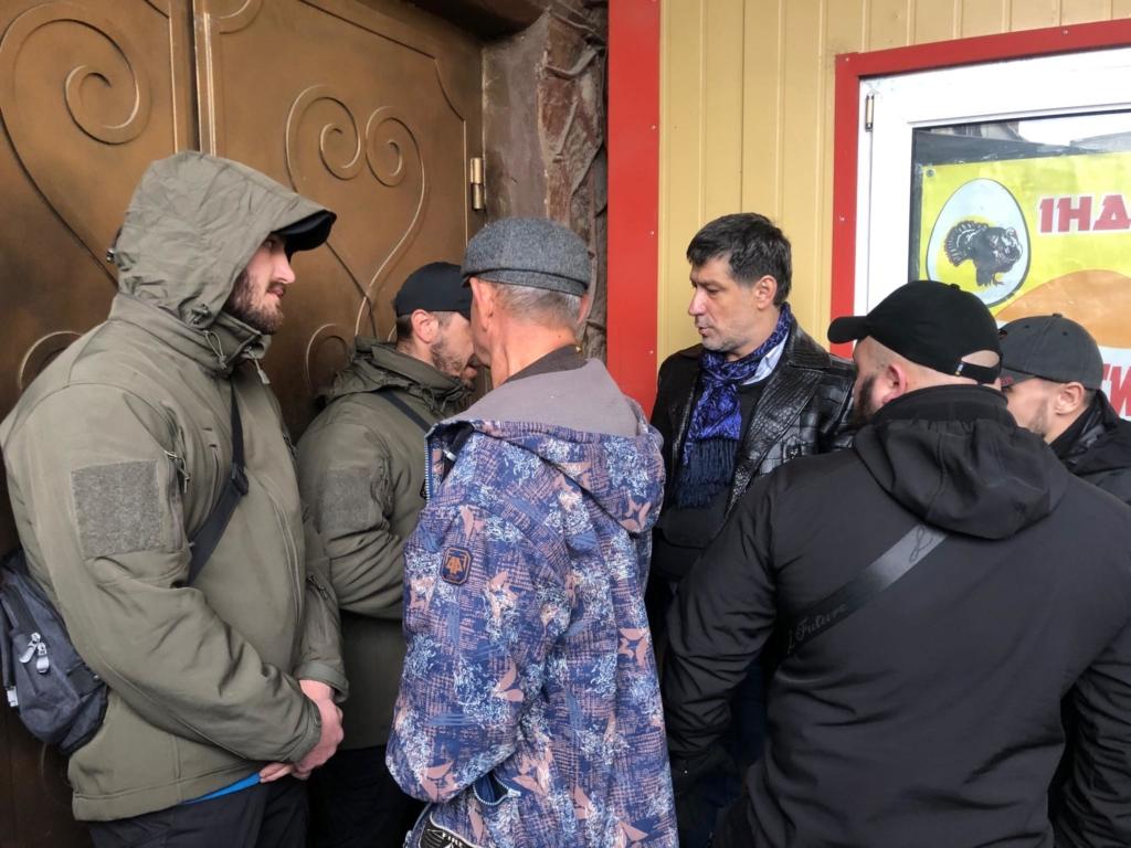"""У Франківську на ринку """"тітушки"""" і поліція: приїхав Бура, але в офіс не увійшов 46"""