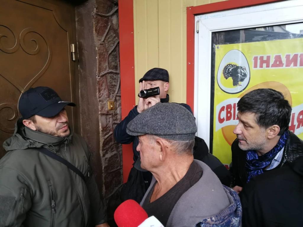 """У Франківську на ринку """"тітушки"""" і поліція: приїхав Бура, але в офіс не увійшов 36"""