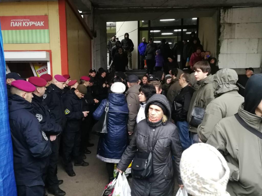 """У Франківську на ринку """"тітушки"""" і поліція: приїхав Бура, але в офіс не увійшов 26"""