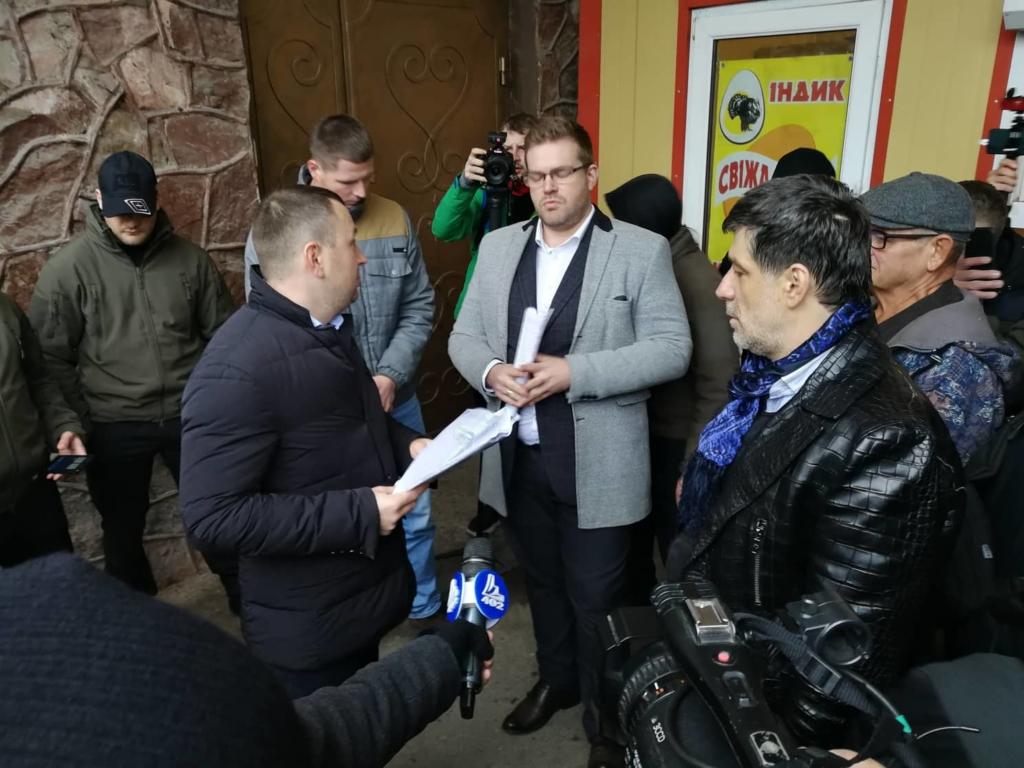 """У Франківську на ринку """"тітушки"""" і поліція: приїхав Бура, але в офіс не увійшов 14"""