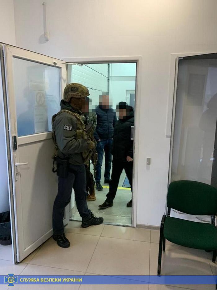 Франківських, львівських та рівенських митників СБУ спіймала на незаконному розмитненні авто 6