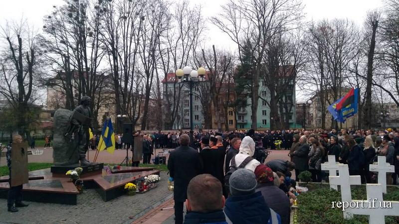 У Франківську вшанували Героїв Небесної сотні та загиблих захисників 4