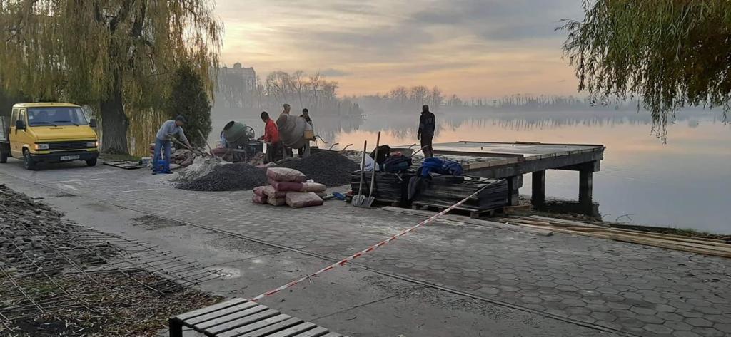 На франківському озері продовжують ремонтувати пірси 4