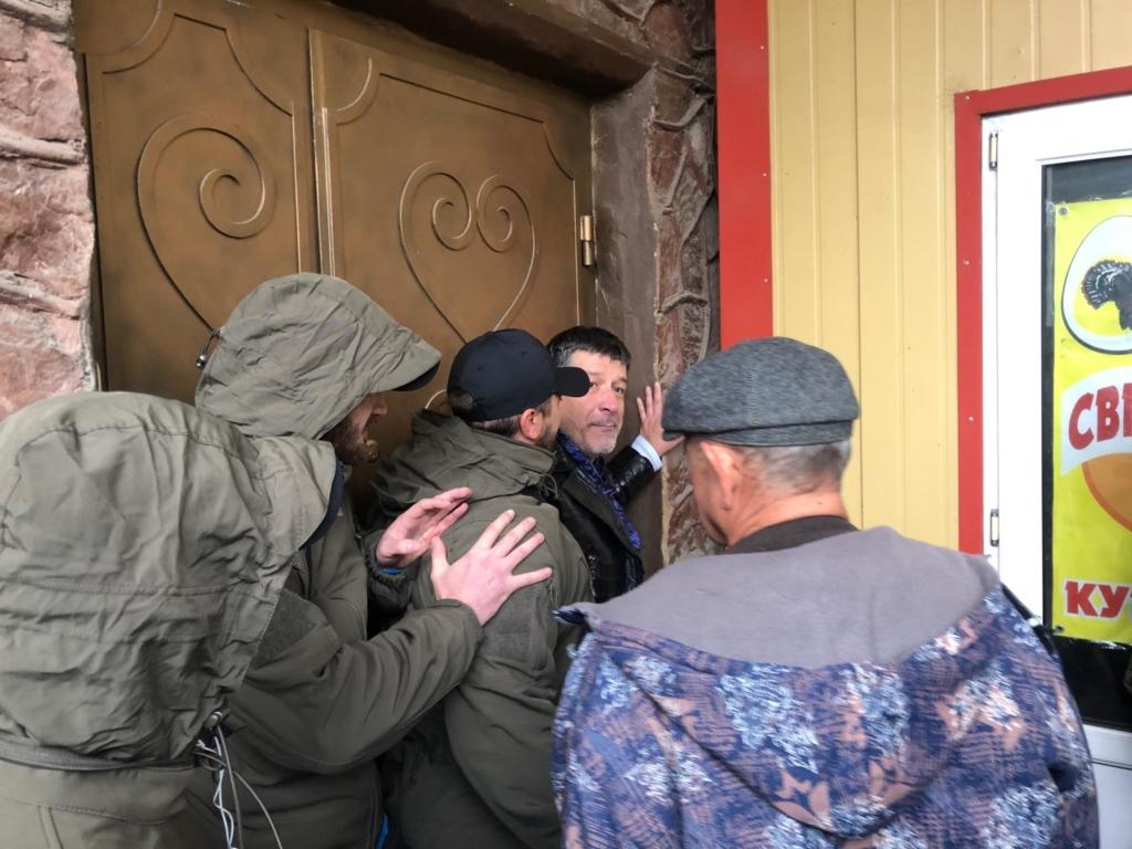 """У Франківську на ринку """"тітушки"""" і поліція: приїхав Бура, але в офіс не увійшов 48"""