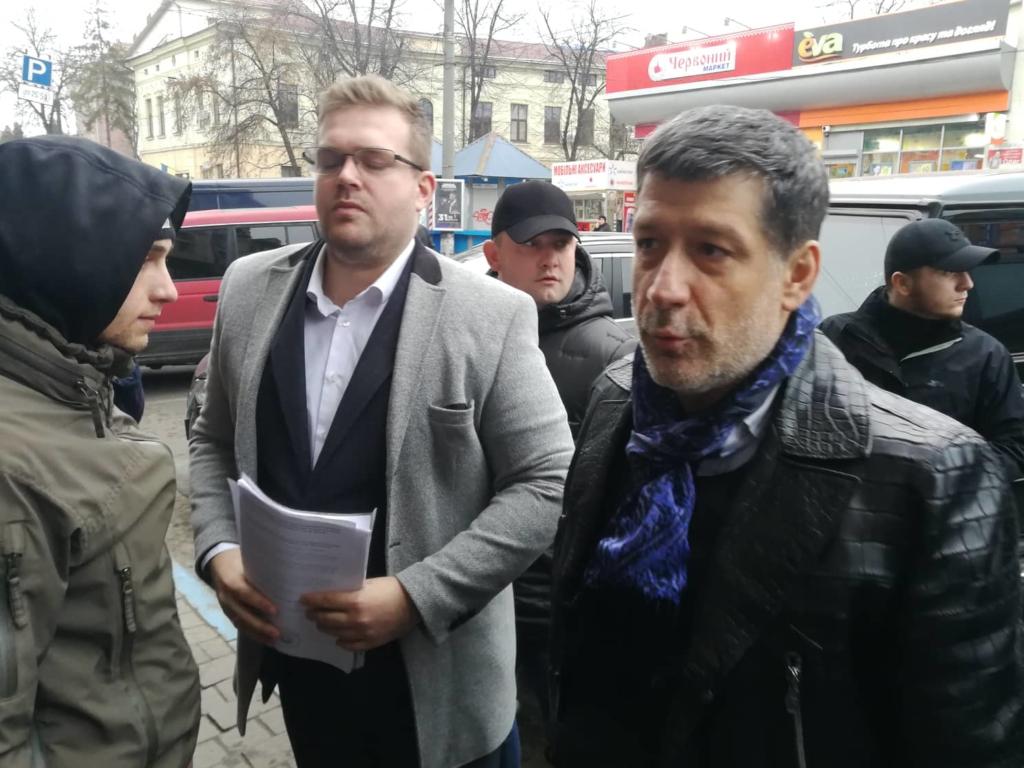 """У Франківську на ринку """"тітушки"""" і поліція: приїхав Бура, але в офіс не увійшов 10"""