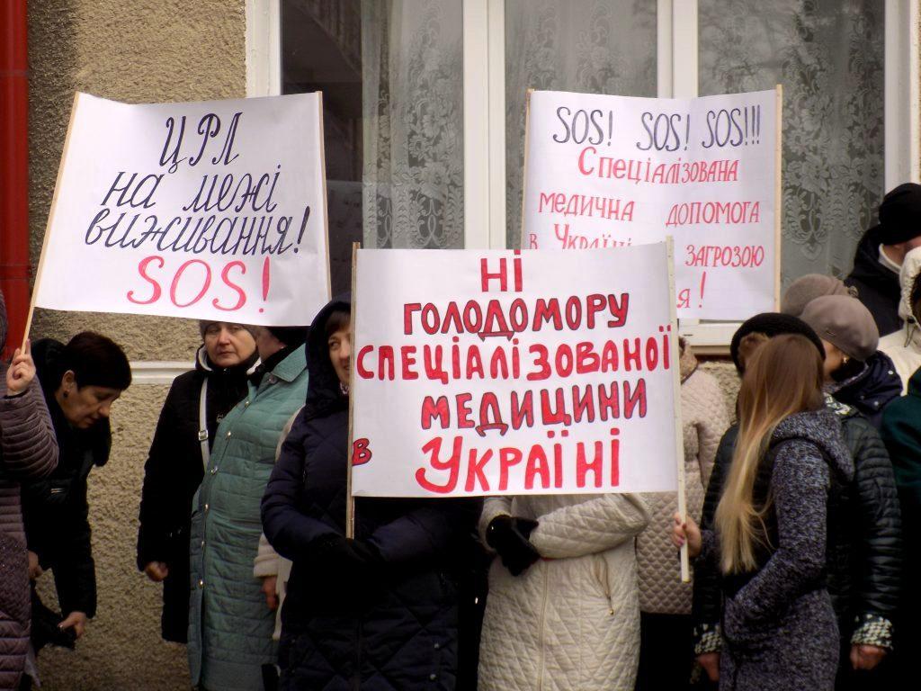 Оплатіть зароблене: у Надвірній медики вимагають 6 мільйонів гривень заборгованості із зарплати 2
