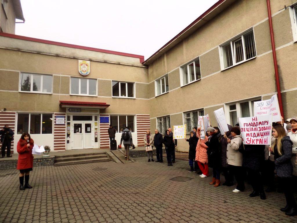 Оплатіть зароблене: у Надвірній медики вимагають 6 мільйонів гривень заборгованості із зарплати 6