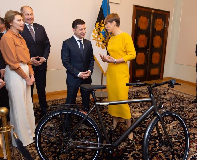 Президентка Естонії подарувала Зеленському велосипед 2
