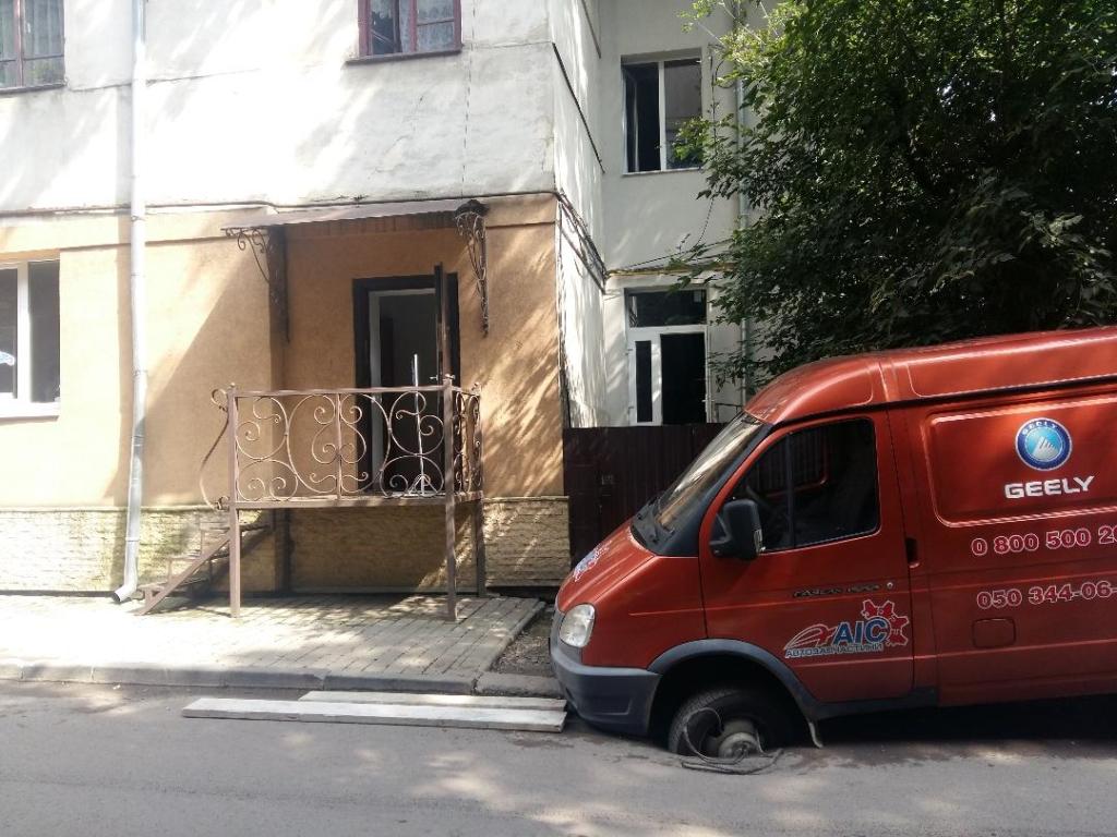 Після ремонту дороги франківський будинок топить дощівкою з каналізаційними стоками 6