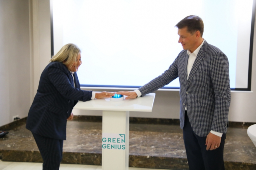 На Прикарпатті відкрили сонячну електростанцію, в яку вклали 11 мільйонів євро 2
