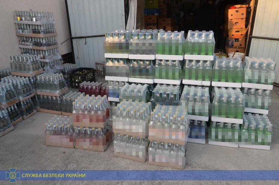 Прикарпатець в антисанітарних умовах облаштував цех з виробництва сурогатного алкоголю 8