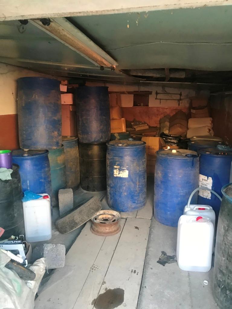 На Прикарпатті накрили підпільний цех – вилучили понад 8 тисяч літрів фальсифікованого алкоголю 2