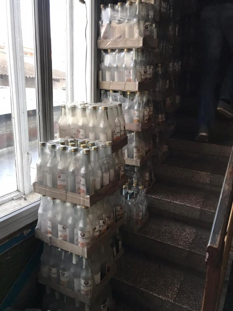 На Прикарпатті накрили підпільний цех – вилучили понад 8 тисяч літрів фальсифікованого алкоголю 4