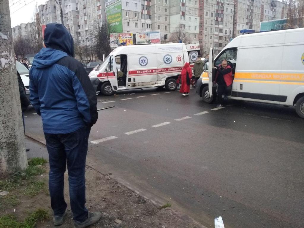 У Франківську автомобіль швидкої потрапив у потрійну ДТП 2