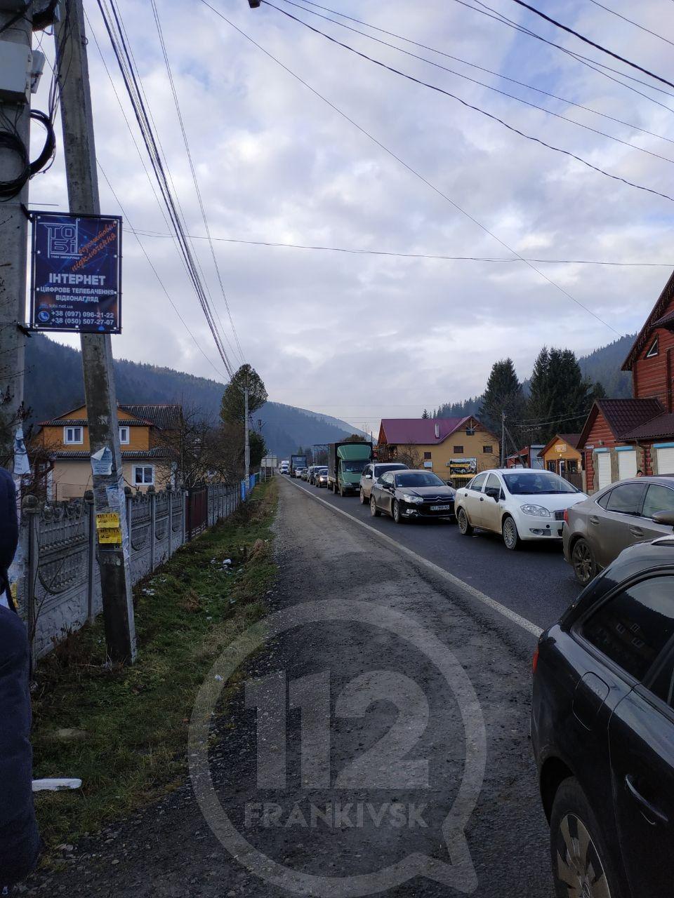 У Татарові перекрили дорогу на Буковель – утворюються затори. Оновлюється 2