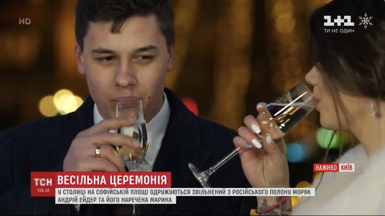 Звільнений з полону моряк Андрій Ейдер одружився на Софійській площі у Києві 2
