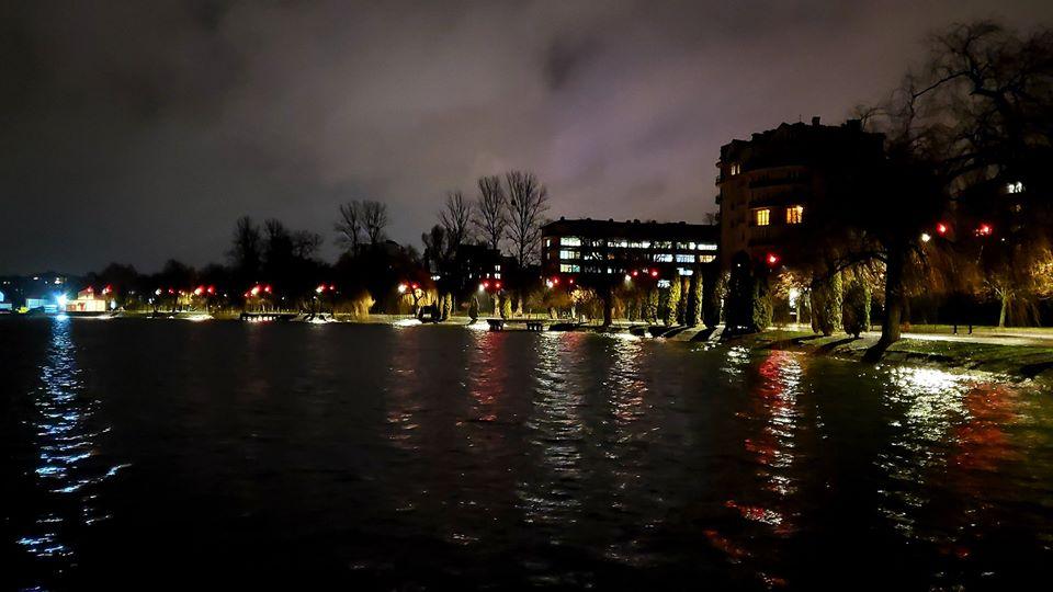 У Франківську освітили міське озеро 2